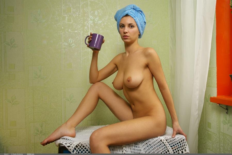 голая с полотенцем на голове девочка