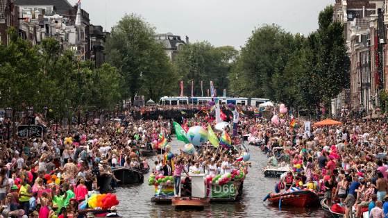 tourists-amsterdam-crowds